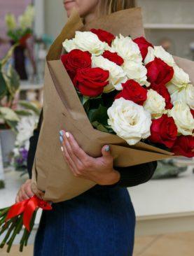 Букет из 25 красных и белых роз 70 см (Эквадор)