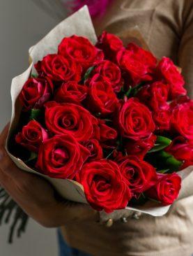 Букет из 25 красных роз 50 см (Кения) в крафте