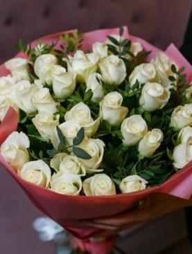 Букет из 35 белых роз 50 см (Кения) с фисташкой в розовой упаковке