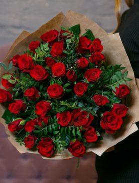 Букет из 35 красных роз 50 см (Кения) с фисташкой в крафте