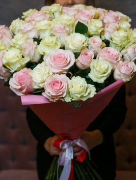 Букет из 51 белой и розовой розы 70 см (Эквадор)