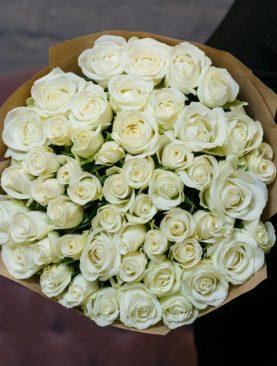 Букет из 51 белой розы 50 см (Кения) в крафте