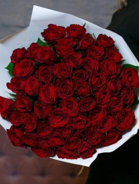 Букет из 51 красной розы 50 см (Кения) в белой упаковке