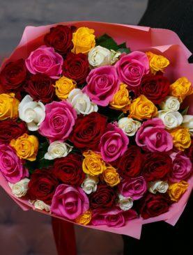 Букет из 51 розы микс 50 см (Кения) в розовой упаковке