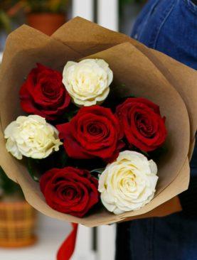 Букет из красных и белых роз 50 см (Эквадор)