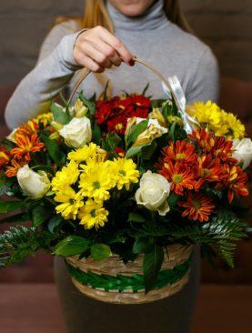 Корзина с белыми розами (Кения), хризантемой, альстромерией и зеленью
