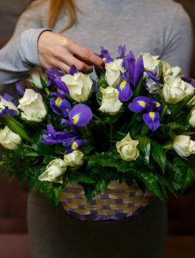Корзина с белыми розами (Кения), ирисами и зеленью