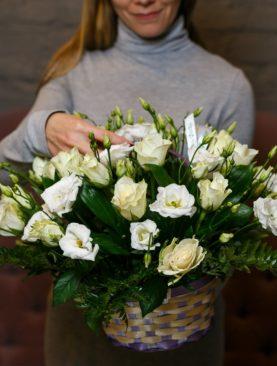 Корзина с белыми розами (Кения), лизиантусом и зеленью