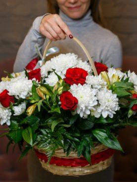 Корзина с красными розами (Кения), хризантемой, альстромерией и зеленью