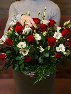 Корзина с красными розами (Кения), лизиантусом и зеленью