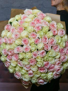 Букет из 101 розовой и белой розы 70 см (Эквадор)