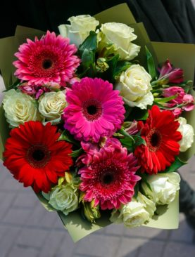 Букет из белых эквадорских роз, гербер и альстромерии микс - М