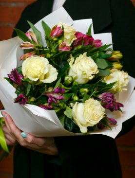 Букет из белых эквадорских роз и альстромерии микс - S