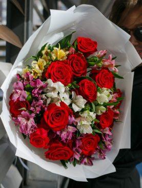 Букет из красных эквадорских роз и альстромерии микс - L