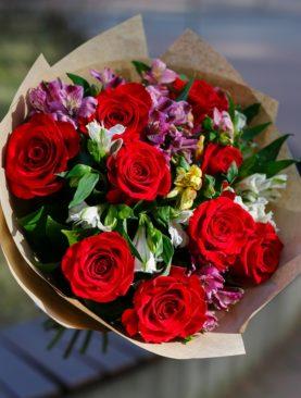 Букет из красных эквадорских роз и альстромерии микс - М