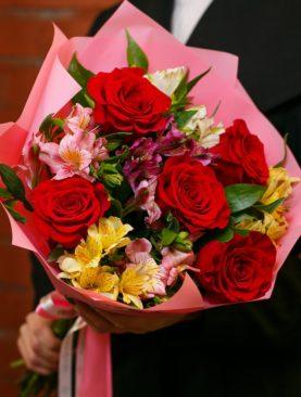 Букет из красных эквадорских роз и альстромерии микс - S