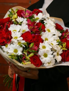 Букет из красных эквадорских роз, кустовых хризантем и альстромерии микс - L