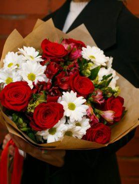 Букет из красных эквадорских роз, кустовых хризантем и альстромерии микс - М