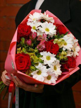 Букет из красных эквадорских роз, кустовых хризантем и альстромерии микс - S